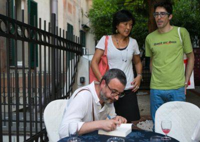 Andrea Tarabbia mentre firma un autografo